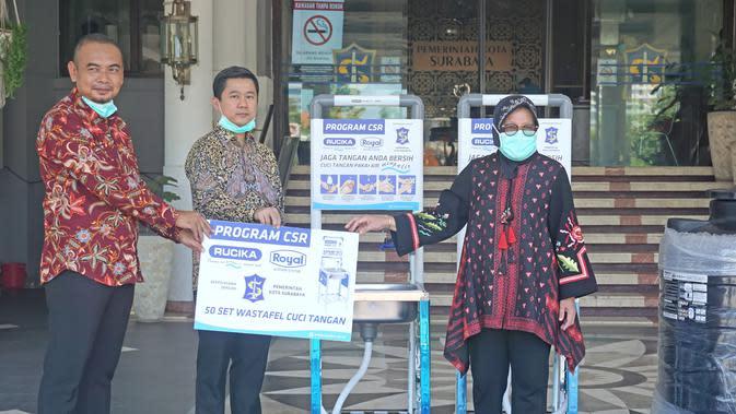 Secara simbolis, wastafel lengkap dengan pipa Rucika sebagai saluran air bersih diberikan oleh Bapak Daniel Tjoe selaku Regional Sales Manager PT Wahana Duta Jaya Rucika kepada Ibu Tri Rismaharini, selaku Wali Kota Surabaya.