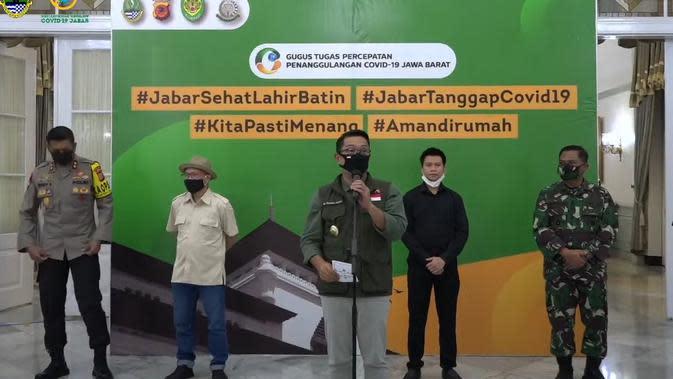 Gubernur Jawa Barat Ridwan Kamil mengumumkan hasil evaluasi PSBB tingkat provinsi secara proporsional di Gedung Pakuan, Jumat (29/5/2020). (Liputan6.com/Huyogo Simbolon)