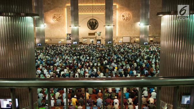 Ratusan jemaah mendengarkan khutbah sebelum melaksanakan salat Jumat di Masjid Istiqlal, Jakarta, Jumat (2/6). Umat muslim memadati masjid Istiqlal menunaikan salat Jumat pertama dalam bulan Ramadan 1438 H. (Liputan6.com/Gempur M Surya)