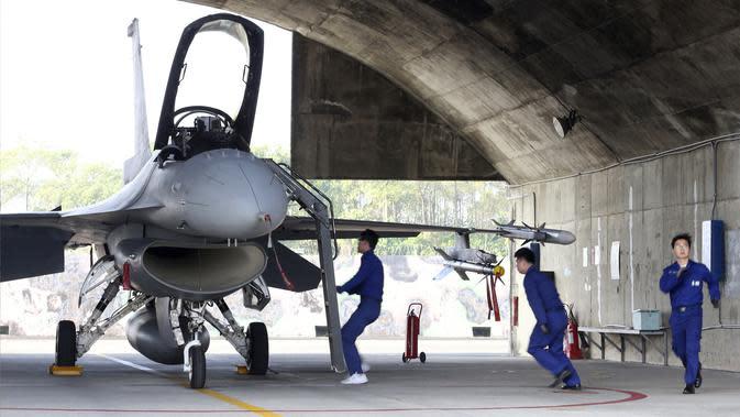 Awak darat Angkatan Udara Taiwan lari ke pesawat tempur F-16V buatan Amerika Serikat untuk lepas landas darurat saat latihan militer di Kabupaten Chiayi, Taiwan, Rabu (15/1/2020). Kementerian Pertahanan Taiwan menggelar latihan militer untuk mengamankan Tahun Baru Imlek. (AP Photo/Chiang Ying-ying)