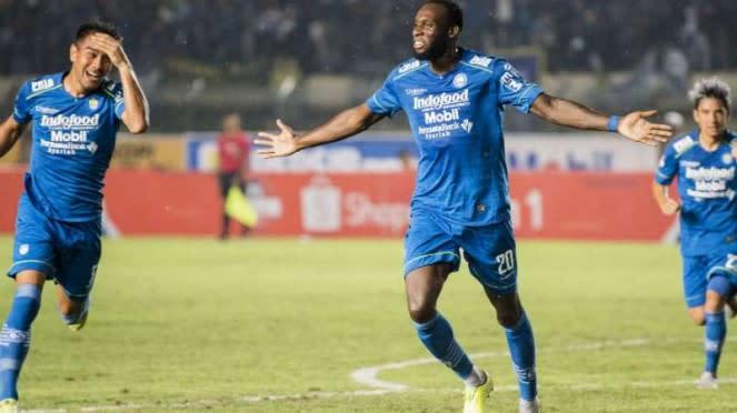 Bomber Persib Bandung, Geoffrey Castillion rayakan gol.