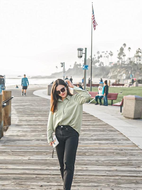 Gaya trendi dan kekinian Michelle Joan terlihat saat menikmati suasana di jalanan Laguna Beach, Amerika Serikat. Gayanya yang kekinian dengan memakai kacamata ini curi perhatian netizen dengan menyebutnya tampil kece. (Liputan6.com/IG/@michellejoan_)