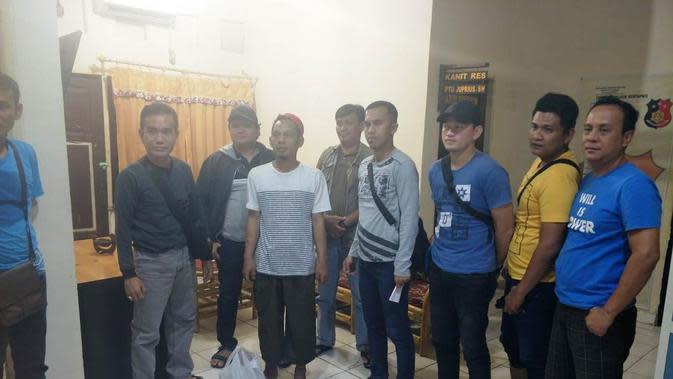 Anggota Polrestabes Palembang menangkap RE, usai membunuh AS yang berencana menikah di bulan Februari ini (Liputan6.com / Nefri Inge)