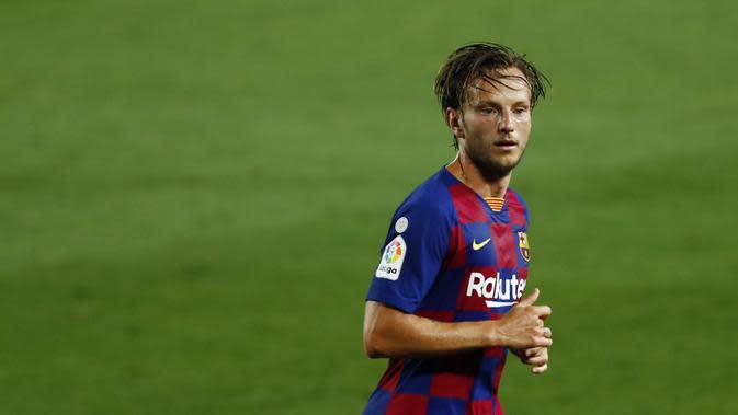 Gelandang Barcelona, Ivan Rakitic, saat melawan Espanyol pada laga La Liga di Stadion Camp Nou, Rabu (8/7/2020). Barcelona menang 1-0 atas Espanyol. (AP/Joan Monfort)