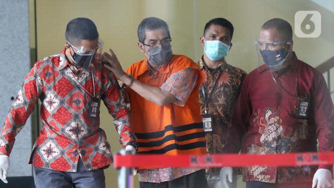 Mantan Kepala Badan Pengembangan dan Pemberdayaan SDM Kesehatan Kemenkes, Bambang Giatno Rahardjo (kedua kiri) resmi ditahan di Gedung KPK, Jakarta, Jumat (9/10/2020). Bambang diduga menerima gratifikasi terkait rencana pengadaan alat-alat kesehatan dan laboratorium. (Liputan6.comHelmi Fithriansyah)
