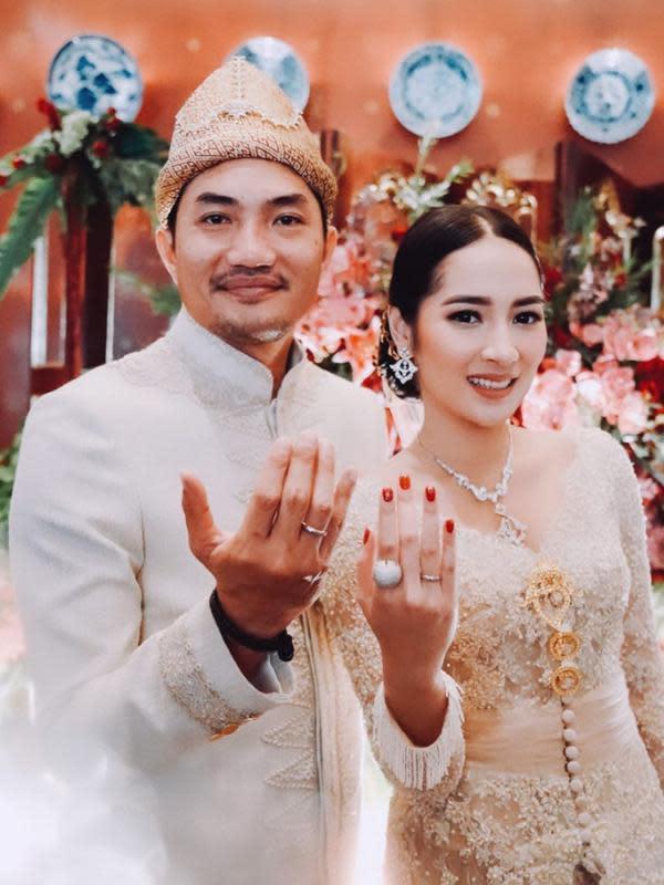 Keduanya menikah dengan adat Palembang. Meski harus mengikuti protokol pemerintah di tengah pandemi ini namun tak mengurangi kesakralan pernikahan mereka. Bahkan teman-teman dekatnya juga hadir secara virtual. (Instagram/armanfebryan)