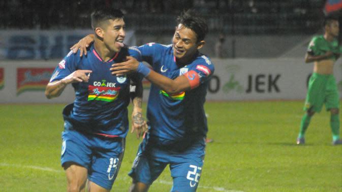 Gelandang PSIS semarang, Jonathan Cantillana (kiri), merayakan gol ke gawang Bhayangkara FC pada laga pekan ke-34 Shopee Liga 1 2019, di Stadion Moch Subroto, Magelang, Sabtu (21/12/2019). (Bola.com/Vincentius Atmaja)