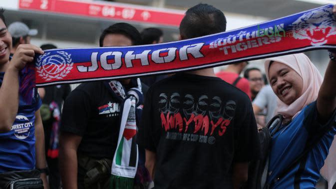 Boys of Straits saat mendukung Johor Darul Ta'zim pada laga Piala AFC 2018 di Stadion Utama Gelora Bung Karno, Jakarta, Selasa (10/4/2018). Persija Jakarta menang 4-0 atas JDT. (Bola.com/Nick Hanoatubun)