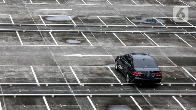 Sebuah mobil terparkir di lahan parkir sebuah gedung, Jakarta, Kamis (1/5/2020). Indonesia Parking Association (IPA) menyatakan terjadi penurunan bisnis parkir sebesar 75-90 persen seiring penerapan PSBB untuk mencegah penyebaran COVID-19 di Jabodetabek. (Liputan6.com/Faizal Fanani)