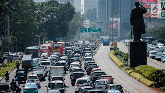 Suasana lalu lintas kendaraan di kawasan Jalan Jenderal Sudirman, Jakarta, Rabu (31/7/2019). Gubernur Anies Baswedan menyampaikan sistem pembatasan kendaraan berdasarkan nomor polisi ganjil dan genap menjadi salah satu rencana Pemprov DKI mengatasi polusi udara di Jakarta. (Liputan6.com/Faizal Fanan