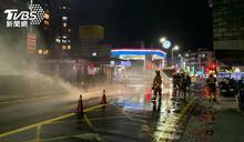 新北加油站旁瓦斯外洩!消防隊緊急灑水防護