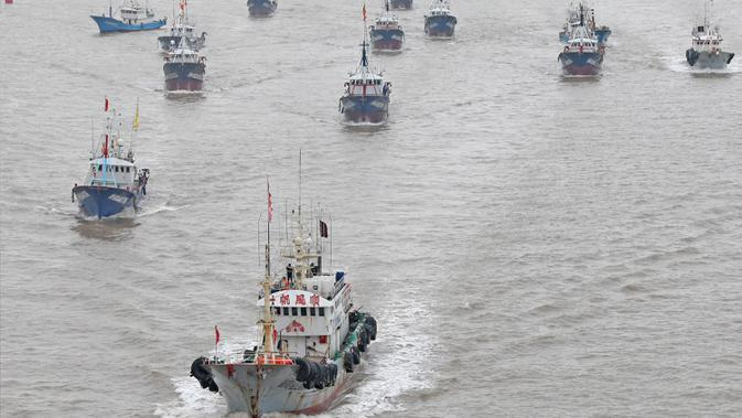 Kapal-kapal penangkap ikan berangkat dari Pelabuhan Shenjiamen di Zhoushan, Provinsi Zhejiang, China timur, pada 16 September 2020. Ini menandai berakhirnya larangan penangkapan ikan pada musim panas selama empat setengah bulan di Laut China Timur. (Xinhua/Chen Yongjian)