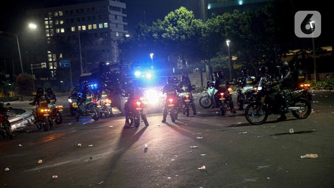 Tentara berjaga usai demonstrasi yang berujung anarkis di kawasan Bundaran HI, Jakarta, Kamis (8/10/2020). Massa membakar sejumlah barang saat demonstrasi menolak pengesahan UU Cipta Kerja. (Liputan6.com/Faizal Fanani)