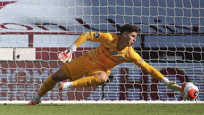 Kiper Chelsea Kepa Arrizabalaga melakukan penyelamatan saat menghadapi Aston Villa dalam lanjutan Liga Inggris di Villa Park Stadium, Birmingham, Inggris, Minggu (21/6/2020). Chelsea menaklukkan Aston Villa 2-1. (Molly Darlington/Pool via AP)