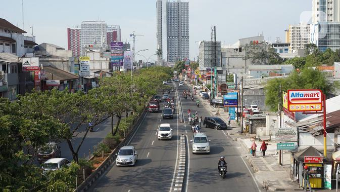 Kendaraan melintasi Jalan Margonda Raya, Depok, Jawa Barat, Selasa (20/11/2019).Saat ini Badan Pengelola Transportasi Jabodetabek (BPTJ) tengah merancang kerangka regulasi untuk pelaksanaan sistem electronic road pricing (ERP) di Jalan Margonda Raya. (Liputan6.com/Immanuel Antonius)
