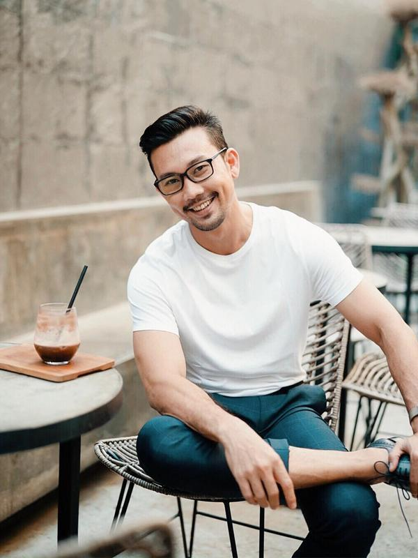 Memadukan kaos dan celana slim fit serta sepatu berwarna hitam, penampilan Denny Sumargo pun terlihat kasual. Bahkan, ia hanya menambahkan kacamata dan jam tangan saja sebagai aksesoris saat tengah bersantai di sebuah kafe. (Liputan6.com/IG/@sumargodenny)
