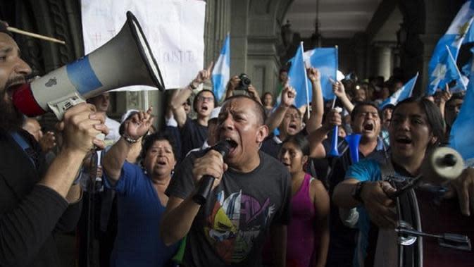 Demonstran anti-Presiden Guatemala Jimmy Morales, menuntut sang presiden untuk lengser dari jabatannya. Menurut hasil penyelidikan badan investigasi PBB, CICG, sang presiden terlibat dalam skandal korupsi dan kolusi. (AP)