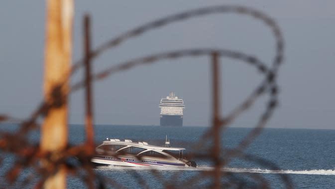 Kapal pesiar MS Westerdam mendekati pelabuhan Sihanoukville, Kamboja, Kamis (13/2/2020). Kapal pesiar tersebut tidak disambut oleh lima negara kendati operatornya, Holland America Line, menegaskan tidak ada kasus virus corona atau COVID-19 di dalam kapal. (AP Photo/Heng Sinith)