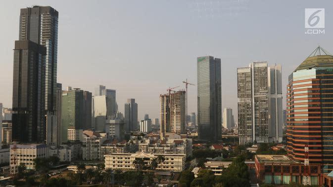 Gedung bertingkat mendominasi kawasan ibu kota Jakarta pada Selasa (30/7/2019). Badan Anggaran (Banggar) DPR bersama dengan pemerintah menyetujui target pertumbuhan ekonomi Indonesia berada di kisaran angka 5,2% pada 2019 atau melesat dari target awal 5,3%. (Liputan6.com/Angga Yuniar)