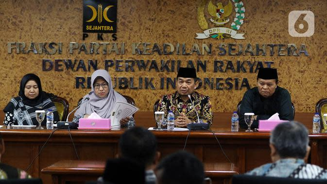 Wakil Ketua MPR periode 2019-2024, Hidayat Nur Wahid didampingi Ketua Fraksi PKS Jazuli Juwaini (kedua kanan) memberikan keterangan pers terkait penandatanganan petisi usulan dibentuk Pantia Khusus (Pansus) Jiwasraya di Kompleks Parlemen, Senayan, Rabu (15/1/2020). (Liputan6.com/Johan Tallo)