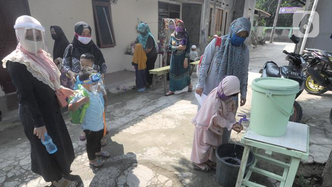 Anak-anak mencuci tangan usai belajar di Taman Pendidikan Al-Qur'an (TPA) Al-Muthmainnah Cinere, Depok, Rabu (1/7/2020). Jadwal murid diatur dalam beberapa sesion waktu (pagi siang sore) sebagai wajud penerapan sosial distancing dalam kelas. (merdeka.com/Arie Basuki)