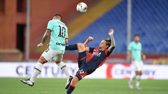 Pemain Genoa Lasse Schone (kanan) berebut bola dengan pemain Inter Milan Lautaro Martinez pada pertandingan Serie A di Stadion Luigi Ferraris, Genoa, Italia, Sabtu (25/7/2020. Inter Milan mengalahkan Genoa 3-0. (Tano Pecoraro/LaPresse via AP)