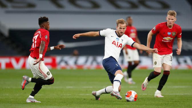 Bomber Tottenham Hotspur, Harry Kane mengontrol bola dibayangi pemain Manchester United dalam laga Liga Inggris di Stadion Tottenham, London, Jumat (19/6/2020). Manchester United berhasil mencuri poin di markas Hotspur dengan skor imbang 1-1. (AP/Glyn Kirk, Pool)