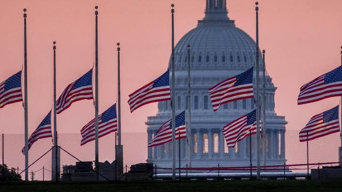 Bendera di gedung-gedung federal AS. (AP/J David Ake)