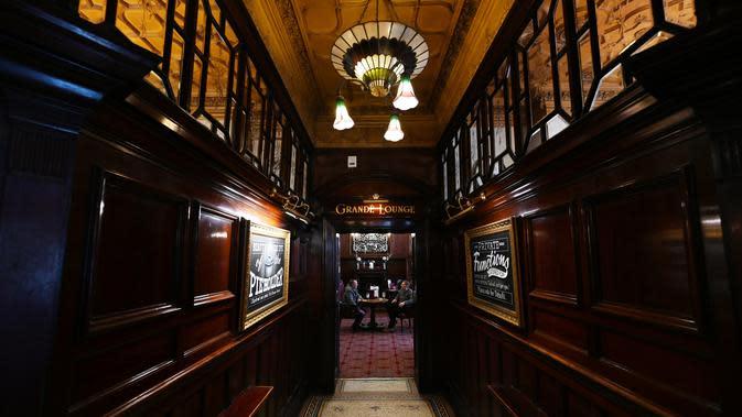Bagian dalam pub Philharmonic Dining Rooms di Liverpool, Inggris pada 11 Februari 2020. Konon John Lennon pernah mengeluh bahwa hal terburuk menjadi anggota The Beatles adalah ia tak lagi bebas minum di pub yang mendapat sebutan The Phil itu. (Paul ELLIS / AFP)