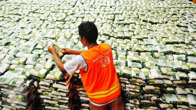 Pekerja tengah menata gula pasir di Gudang Bulog Jakarta, Selasa (14/2). Kesepakatan pembatasan harga eceran gula pasir atau gula kristal putih bakan dilaksanakan bulan depan oleh pemerintah. (Liputan6.com/Angga Yuniar)