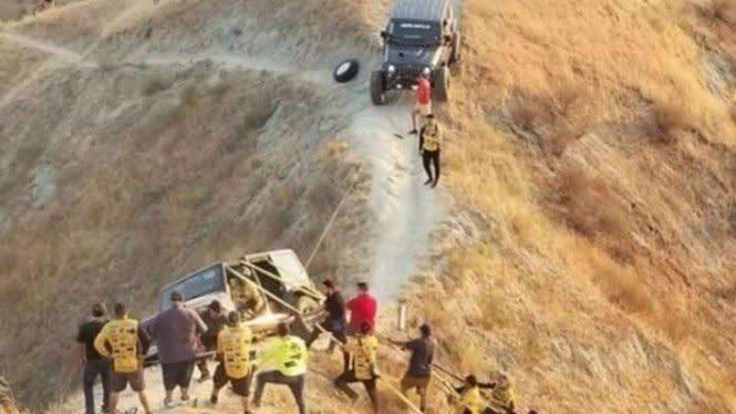 Evakuasi Mobil Offroad di Atas Jurang Berlangsung Dramatis