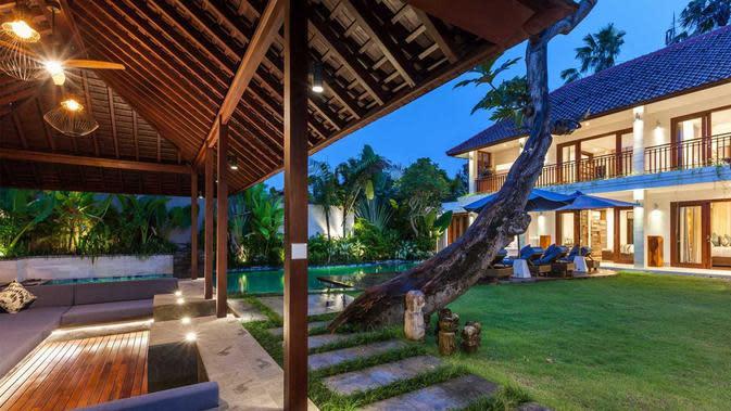 Pendopo halaman belakang rumah di Villa Kejou karya OG Architects. (dok. Arsitag.com/Dinny Mutiah)