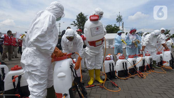 Petugas bersiap melakukan penyemprotan cairan disinfektan di Wisma Atlet Kemayoran, Jakarta Pusat, Sabtu (21/3/2020). Wisma Atlet Kemayoran bakal menampung pasien virus corona COVID-19 mulai malam nanti. (merdeka.com/Imam Buhori)