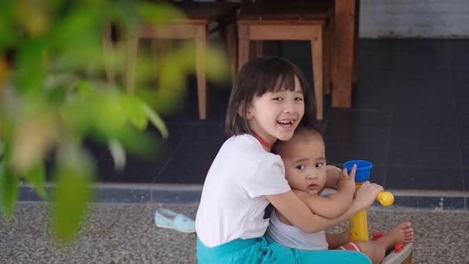 Potret Kana Sybilla Bramantyo Momong Adiknya. (Sumber: Instagram.com/kana.sybilla)