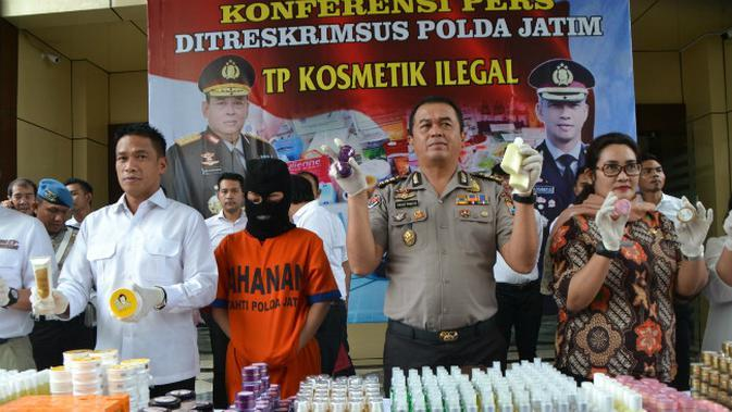 Alat produksi dan bahan kemas dari hasil penggerebekan pabrik kosmetik di kawasan Tambora, Jakarta Barat, Selasa (15/5). Selain ilegal, kosmetik yang diproduksi di pabrik tersebut juga diduga kuat mengandung bahan terlarang. (Liputan6.com/Arya Manggala)