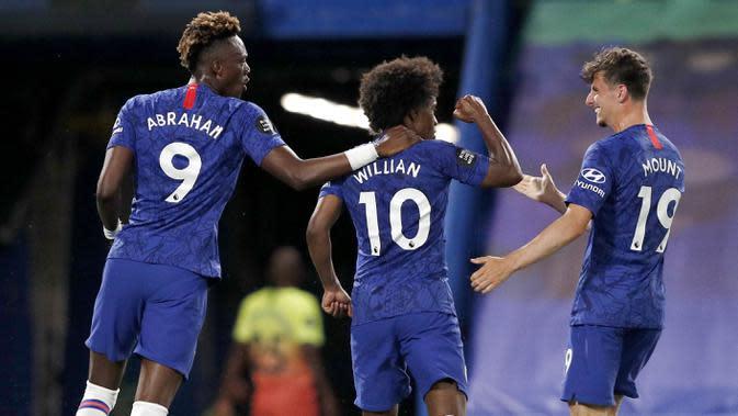 Para pemain Chelsea merayakan gol yang dicetak oleh Willian ke gawang Manchester City pada laga Premier League di Stadion Stamford Bridge, Kamis (25/6/2020). Chelsea menang 2-1 atas Manchester City. (AP Photo/Adrian Dennis)