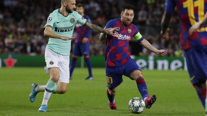 Pemain Inter Milan Marcelo Brozovic mencoba menghentikan striker Barcelona Lionel Messi pada matchday kedua Grup F Liga Champions di Camp Nou, Kamis (3/10/2019) dini hari WIB. Barcelona menang 2-1. (foto AP / Emilio Morenatti)