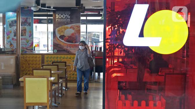 Seorang perempuan melintas di dalam gerai makanan cepat saji asal Korea, Lotteria di Kawasan Fatmawati, Jakarta, Satu (20/6/2020). Setelah 9 tahun, Lotteria mengumumkan akan menutup semua gerainya di Indonesia secara permanen per tanggal 29 Juni 2020. (Liputan6.com/Herman Zakharia)