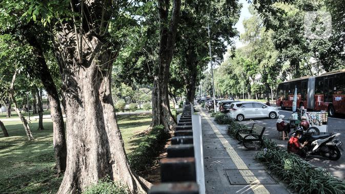 Suasana di trotoar kawasan Lapangan Banteng, Jakarta, Senin (7/9/2020). Pemkot Jakarta Pusat menyiapkan 9 titik untuk kios usaha kecil dan menengah (UKM) di trotoar guna memfasilitasi pejalan kaki. (merdeka.com/Iqbal S. Nugroho)