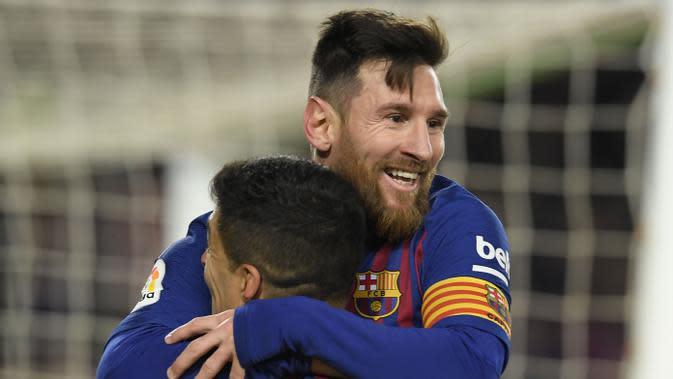 Striker Barcelona, Lionel Messi, melakukan selebrasi bersama Luis Suarez, usai membobol gawang Sevilla pada laga Copa del Rey di Stadion Camp Nou, (30/1/2019). (AFP/Lluis Gene)