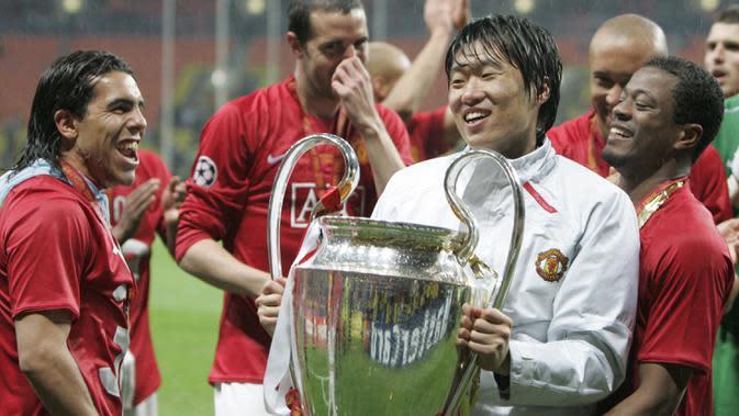 Park Ji Sung juga tercatat sebagai pemain Asia pertama yang mengangkat trofi Liga Champions. Park memainkan peran penting ketika Manchester United melawan Barcelona pada laga semi final Liga Champions 2008. (AFP/Paul Ellis)