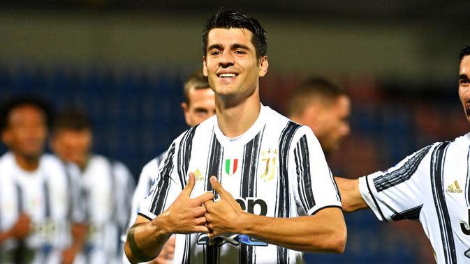 Penyerang Juventus, Alvaro Morata, melakukan selebrasi usai mencetak gol ke gawang Crotone pada laga Liga Italia di Stadion Ezio Scida, Minggu (18/10/2020). Kedua tim bermain imbang 0-0. (Francesco Mazzitello/LaPresse via AP)