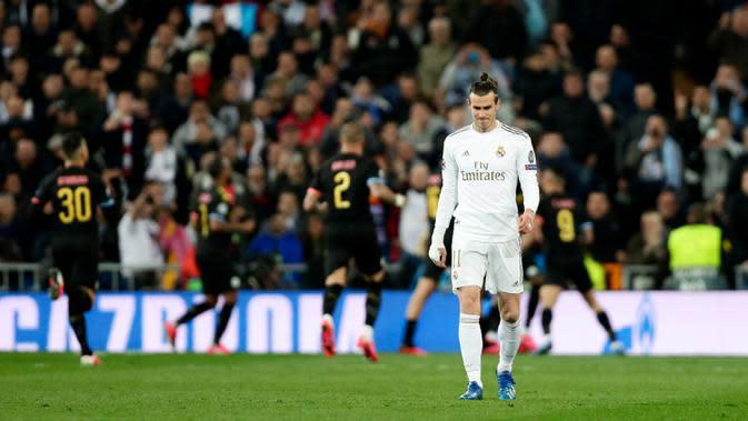 Pemain Real Madrid Gareth Bale bereaksi setelah pemain Manchester City Kevin De Bruyne mencetak gol pada leg pertama babak 16 Liga Champions di Stadion Santiago Bernabeu, Madrid, Spanyol, Rabu (26/2/2020). Manchester City menang 2-1. (AP Photo/Manu Fernandez)