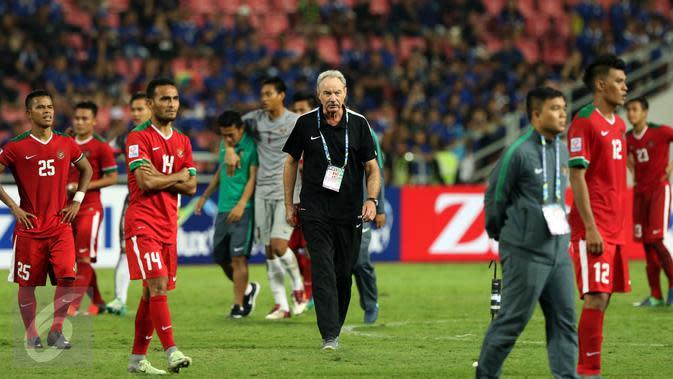 Pelatih Timnas Indonesia, Alfred Riedl (tengah) berjalan bersama pemainnya usai dikalahkan Thailand di final kedua Piala AFF 2016 di National Stadium Rajamangala, Bangkok, Sabtu (17/12). Indonesia kalah 2-0. (Liputan6.com/Helmi Fithriansyah)