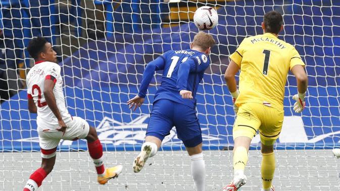 Pemain Chelsea Timo Werner (tengah) mencetak gol ke gawang Southampton pada pertandingan Liga Premier Inggris di Stamford Bridge, London, Inggris, Sabtu (17/10/2020). Pertandingan berakhir dengan skor 3-3. (Matthew Childs/Pool via AP)