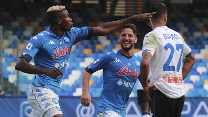 Victor Osimhen dari Napoli melakukan selebrasi setelah mencetak gol keempat timnya selama pertandingan sepak bola Serie A antara Napoli dan Atalanta di Stadion San Polo di Naples, Italia, Sabtu, 17 Oktober 2020. (Alessandro Garofalo / LaPresse via AP)