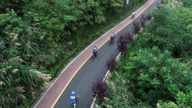 Foto dari udara memperlihatkan sejumlah orang bersepeda di sepanjang jalur sepeda di Desa Sanliya di Wilayah Pingli, Provinsi Shaanxi, China (23/7/2020). Jalur sepanjang 40 kilometer yang membentang di alam bebas ini menawarkan pengalaman yang menyenangkan bagi pesepeda. (Xinhua/Zhang Bowen)