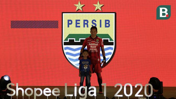 Kiper Persib Bandung, I Made Wirawan, menunjukan jersey tim Persib Bandung saat launching Shopee Liga 1 di Hotel Fairmont, Jakarta, Senin (24/2). Sebanyak 18 klub pamerkan jersey untuk kompetisi Shopee Liga 1 2020. (Bola.com/Yoppy Renato)