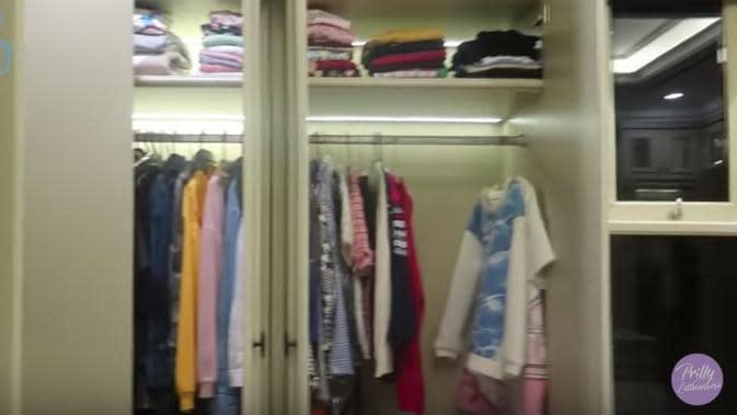 Rumah baru Prilly Latuconsina dilengkapi dengan ruang khusus pakaian dan aksesori (Dok.YouTube/Prilly Latuconsina)