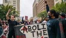 3警闖民宅槍殺非裔女 肯州檢方僅起訴其中1警